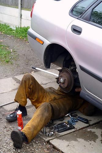 mecanico trabajando ilegalmente