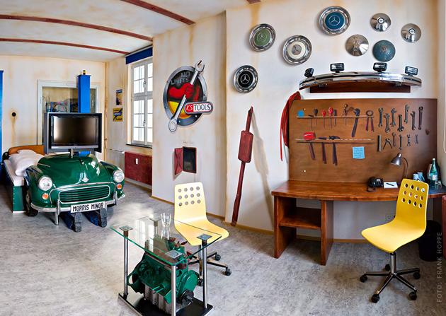 habitación ambientada en un taller mecánico