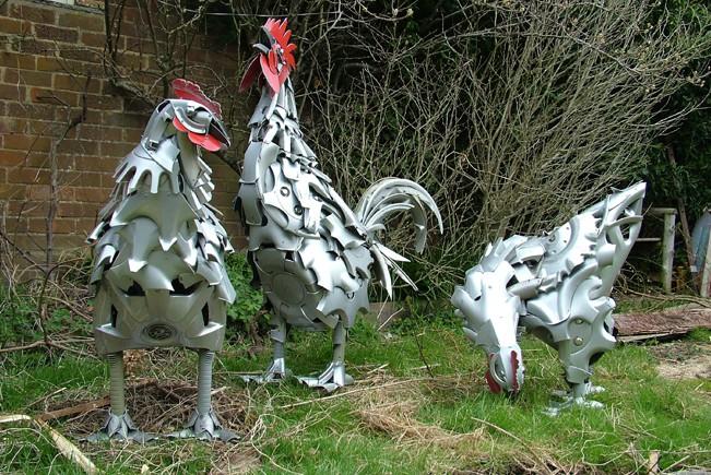 gallos realizados con tapacubos de coches