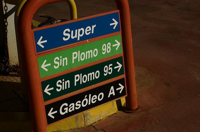diferentes combustibles en gasolinera