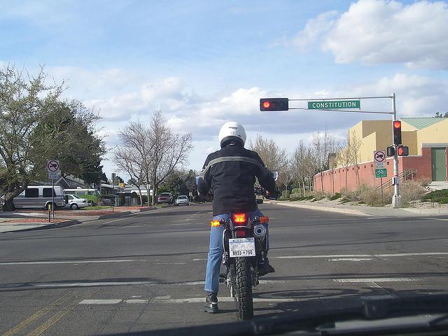 en moto, frena con seguridad